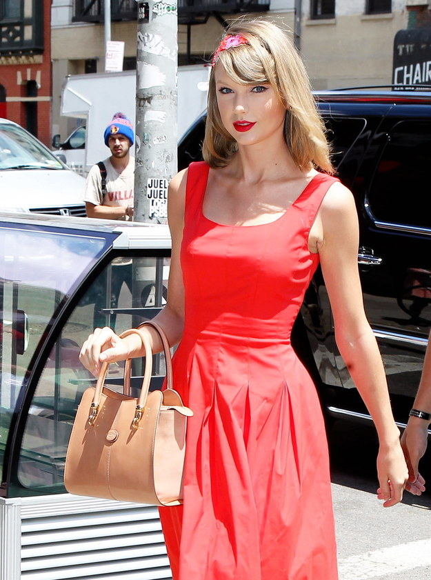 How To Hold Your Purse Exactly Like Taylor Swift